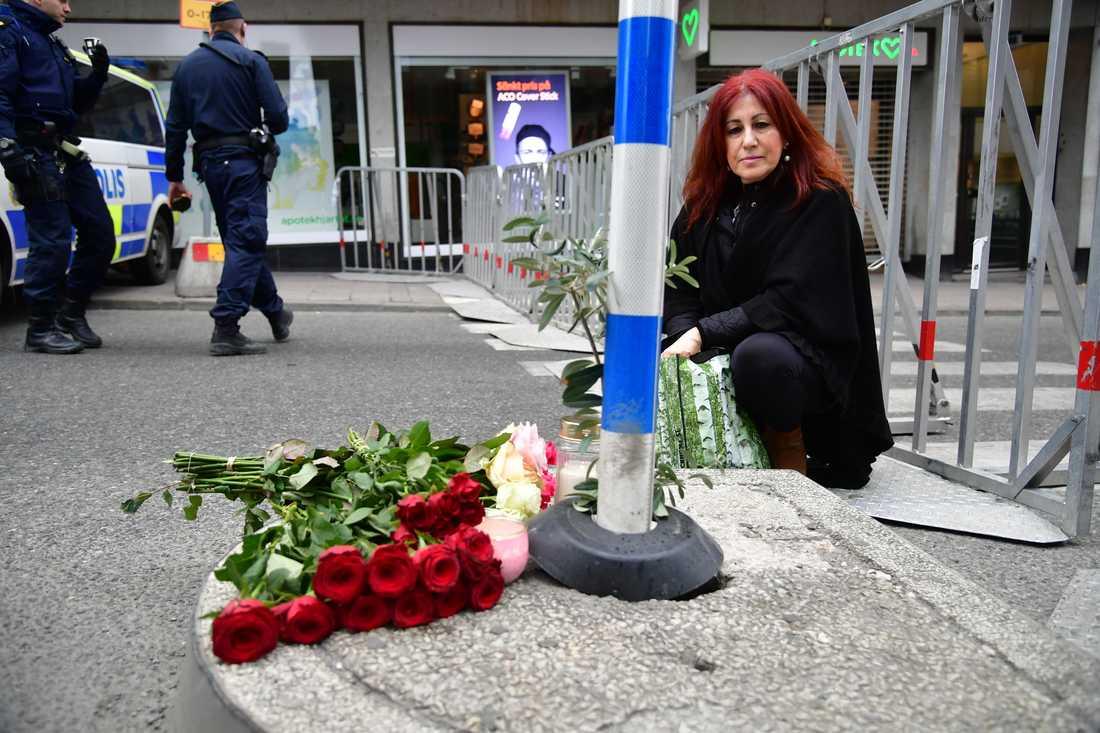 Ioanna har lagt blommor vid korsningen slöjdgatan/Mäster Samuelsgatan