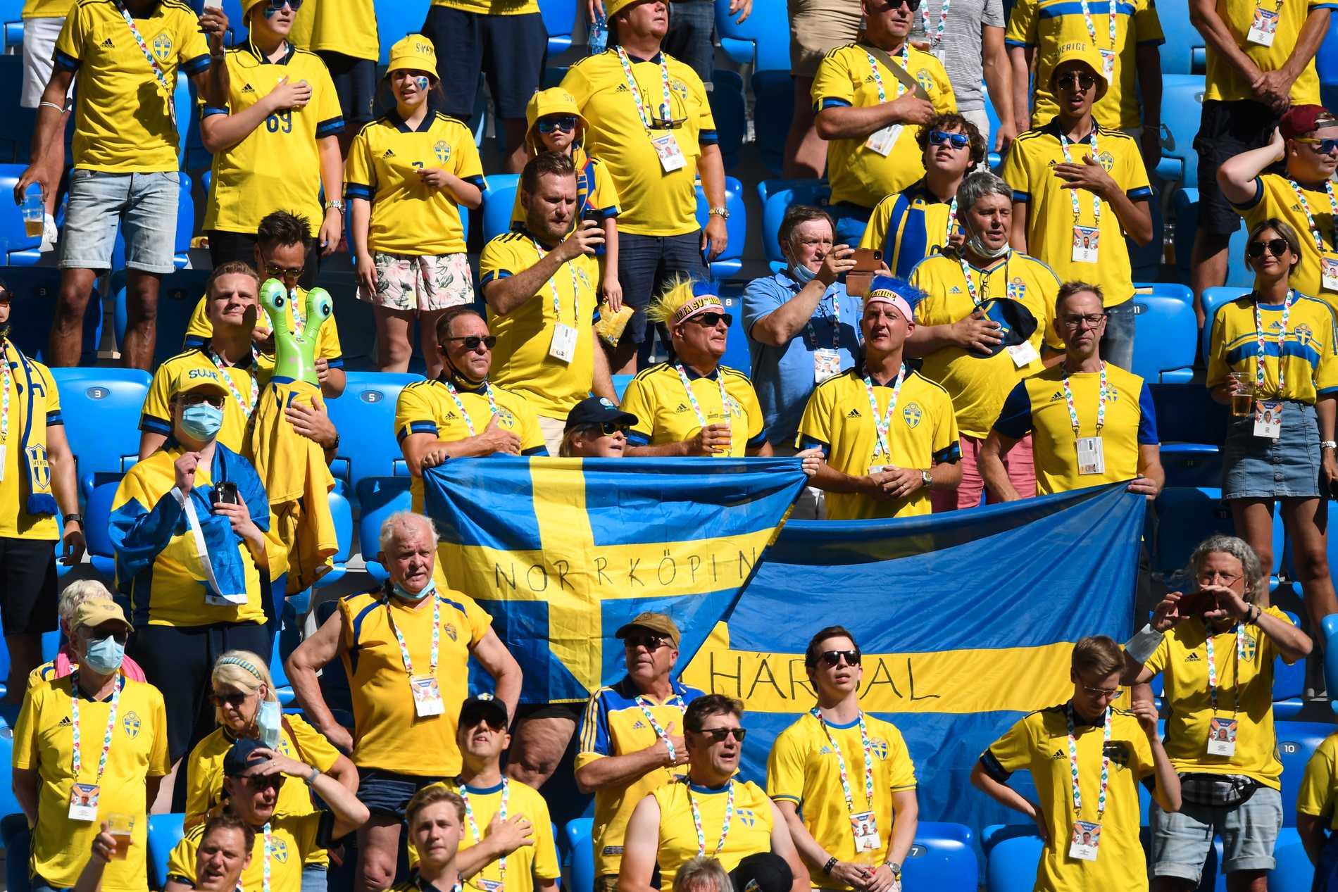 Svenska fotbollssupportrar i matchen mot Slovakien.