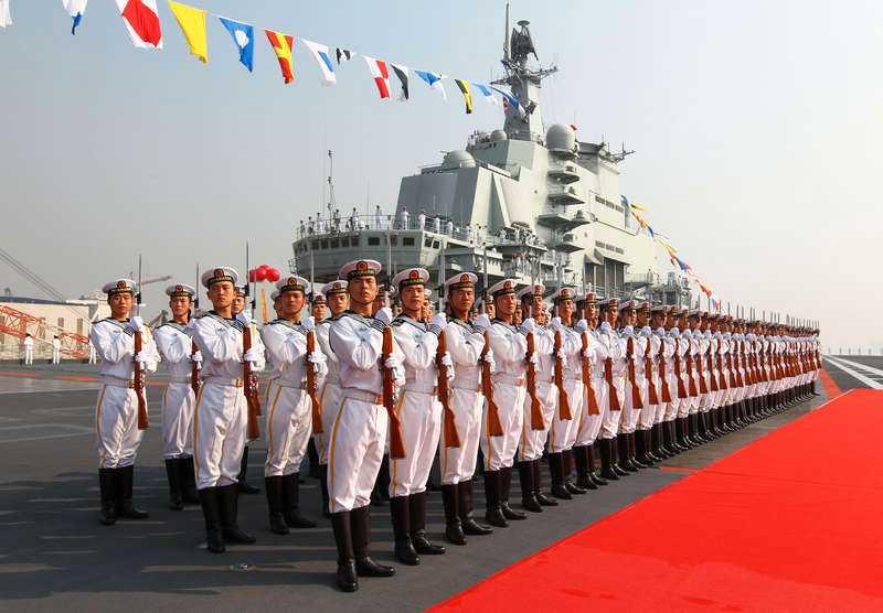 """Moderniserad flottaKina visar upp sitt första hangarfartyg """"Liaoning"""" som togs i bruk i september. Kina utökar nu sitt inflytande över allt fler länder."""