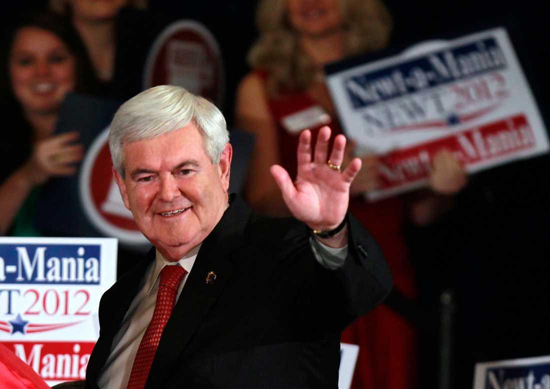Vita husets förre talman Newt Gingrich vinkar åt supporters efter att ha vunnit primärvalet i Georgia. Gingrich vann i sin forna hemstat Georgia.