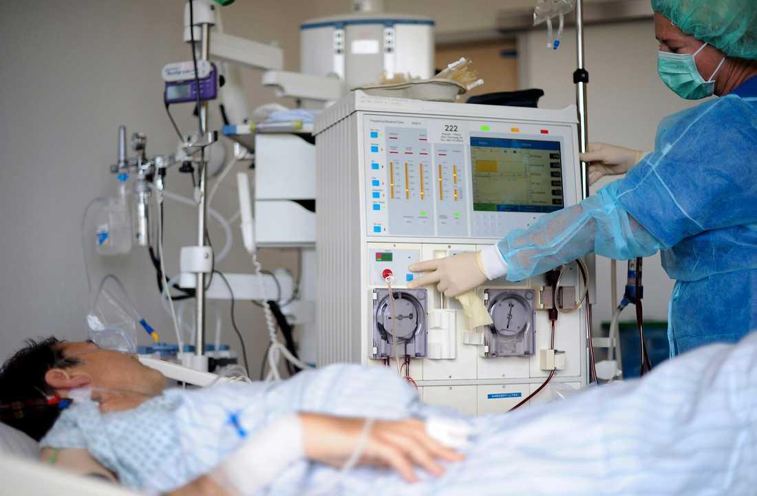 TVÅ HAR DÖTT  En patient vårdas på ett sjukhus i Hamburg, Tyskland, efter att ha smittats av EHEC-bakterien. Tusentals har drabbats i landet och 214 rapporteras vara svårt sjuka.
