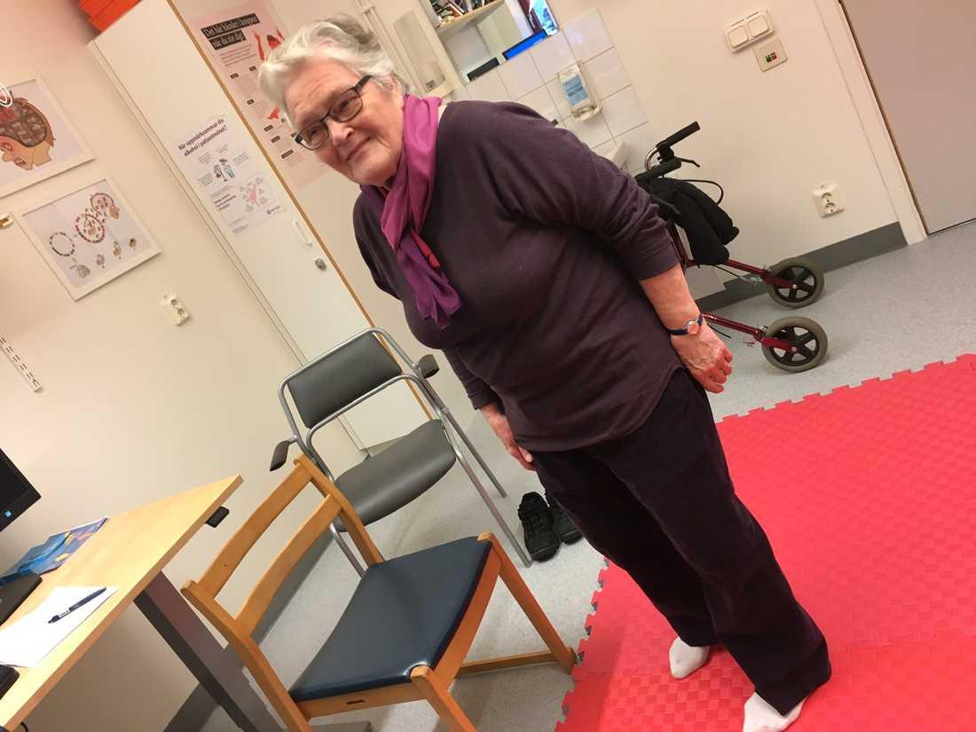 Linnea Gustafsson, 82,  bröt lårbenet när hon ramlade en gång. Men andra gången hon föll - helt nyligen hade hon lärt sig att ramla rätt och klarade sig därför från  frakturer.
