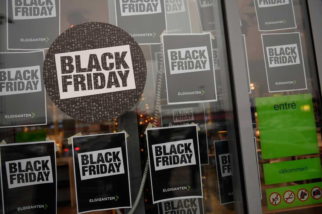 Fler än vanligt lär shoppa via nätet den här omgången av Black Friday, men man ska inte tro att det inte har sina baksidor. Bilden är från 2016.