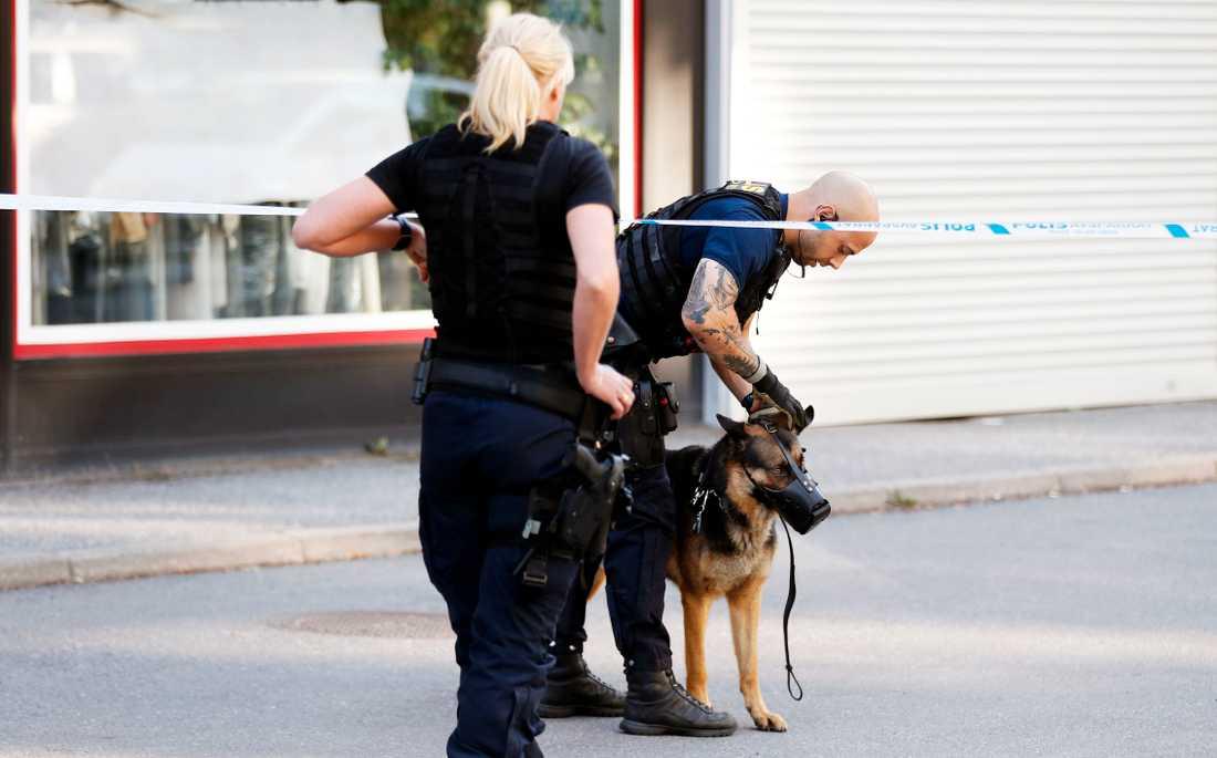 Polisen ryckte bland annat ut med hundpatrull till platsen.
