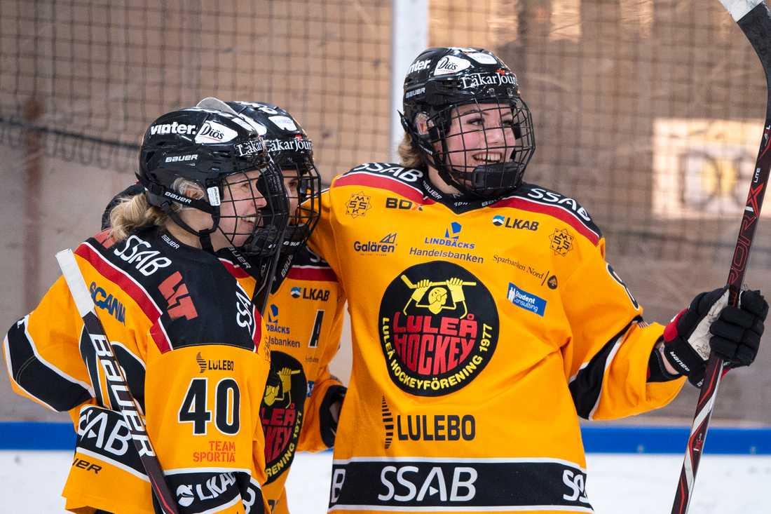 Ronja Savolainen jublar tllsammans med Emma Nordin och Noora Tulus.