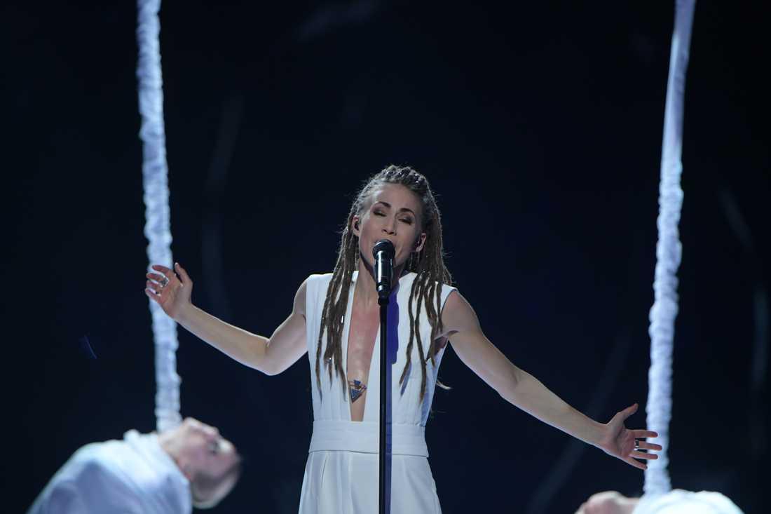 Mariette på scenen i Melodifestivalen i Malmö.