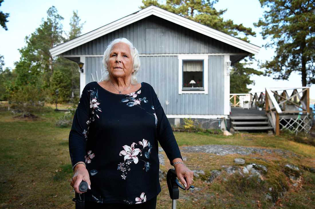 Anita Nyström, 83, framför sin stuga.
