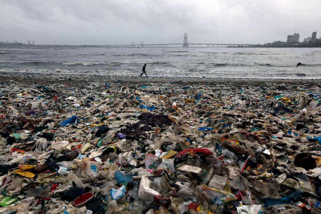 Plastskräp som samlats på en strand i Mumbai i Indien. Arkivbild.