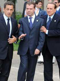 Berusad? Rysslands president Dimitrij Medvedev fick hjälp av både Frankrikes Sarkozy och Italiens Silvio Berlusconi för att kunna gå efter gårdagens G8-möte.