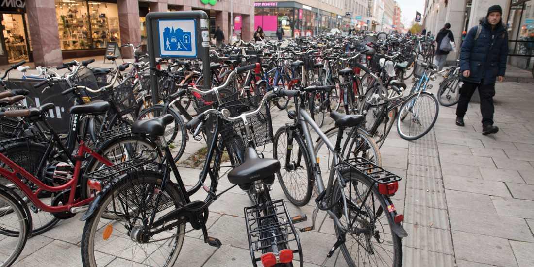 Fortsatt cykelkaos i Uppsala. Nu lappas felparkerade cyklar och fraktas bort.