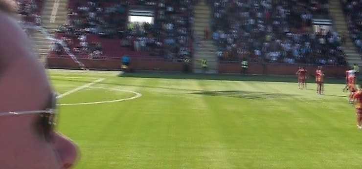 Syrianska leder med 1–0 och AIK har en man utvisad när ett knallskott exploderar mellan lagens läktarsektioner.