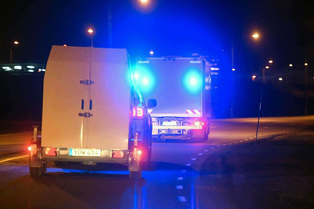 Polisens bombgrupp på väg mot Arlanda.