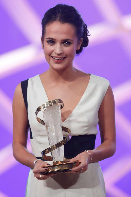 """Alicia Vikander tog emot pris som bästa skådespelerska för filmen """"Hotell"""" på Marrakechs internationella filmfestival."""