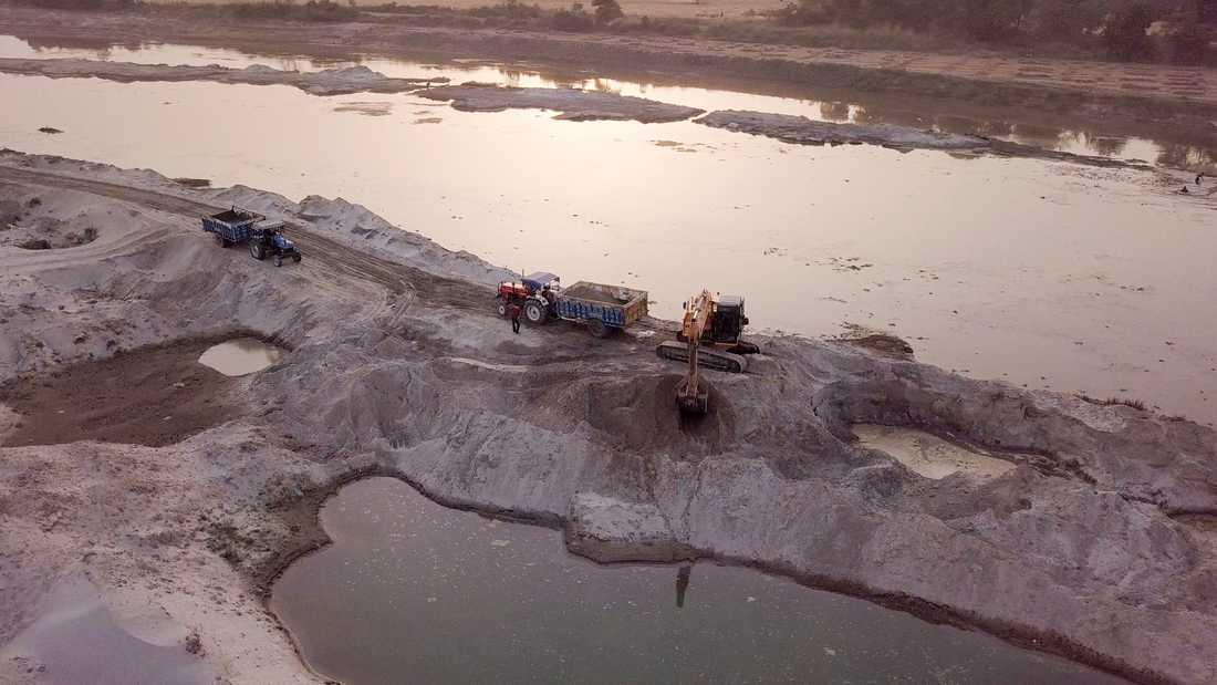Sandbrytning vid Garrafloden i delstaten Uttar Pradesh i norra Indien.