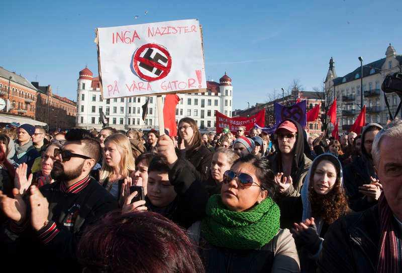 Tusentals människor samlades runt om i Sverige i går för att visa noll tolerans mot nazismen och sitt stöd för de demonstranter som misshandlades i Malmö natten till söndagen. På Möllevångstorget slöt hundratals Malmöbor upp i går eftermiddag. Även ett hundratal danska antifascistiska demonstranter anslöt sig till de svenska på torget.