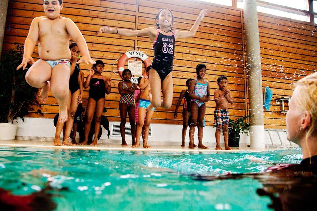 Nationella riktlinjer för öppettider på offentliga badhus, bötfälla föräldrar som inte låter barn delta i simundervisning och straffa hedersbrott. Det skulle öka jämställdheten för många av de kvinnor som nu kommit till Sverige, skriver debattören.