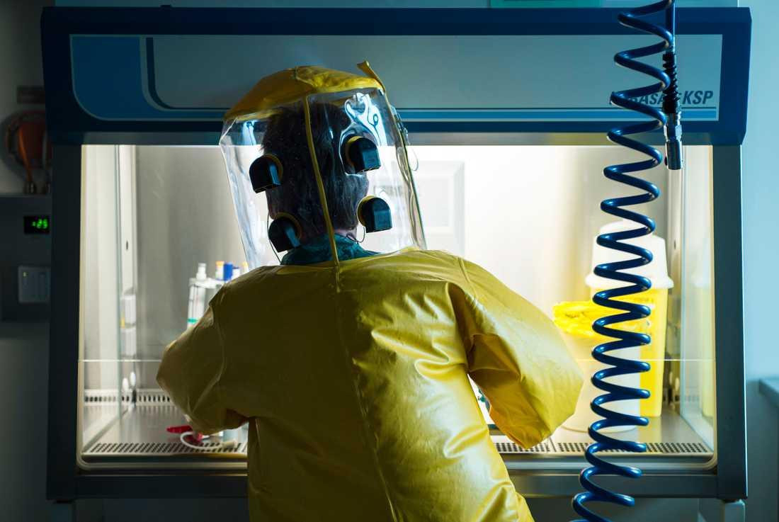 En anställd med skyddsutrustning vid laboratoriet Spiez i Schweiz analyserar ett ämne. Arkivbild.
