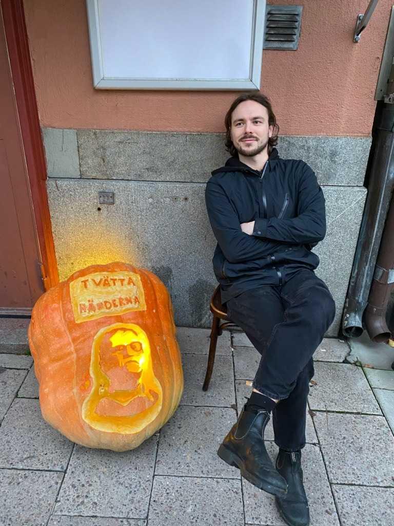 26-åriga Kalle Ramberg har karvat in statsepidemiolog Anders Tegnell i en 116 kilos pumpa.