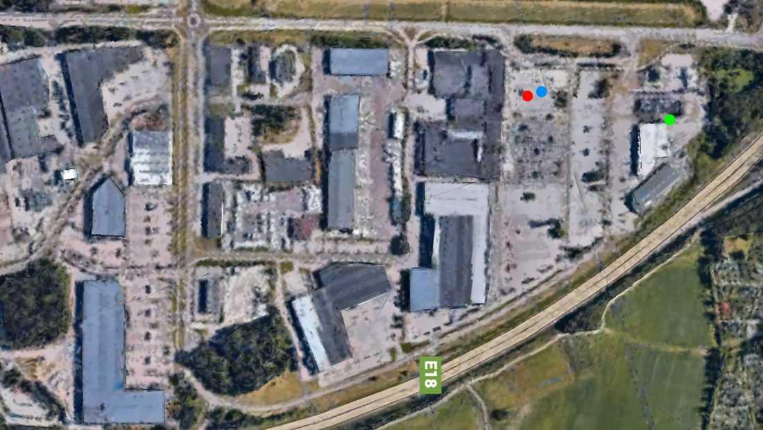 Bild över Hälla parkering. Vid den röda pricken påträffades kniven. Vid den blå pricken greps gärningsmannen. Den gröna pricken visar var bråket började.
