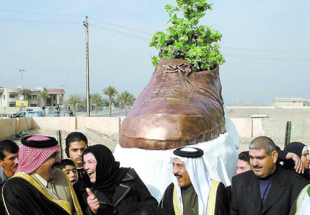 Går hem i irak Journalisten Muntazer al-Zaidi kastade en sko mot George Bush under en presskonferens i fjol. Nu har skon blivit en bronsstaty.