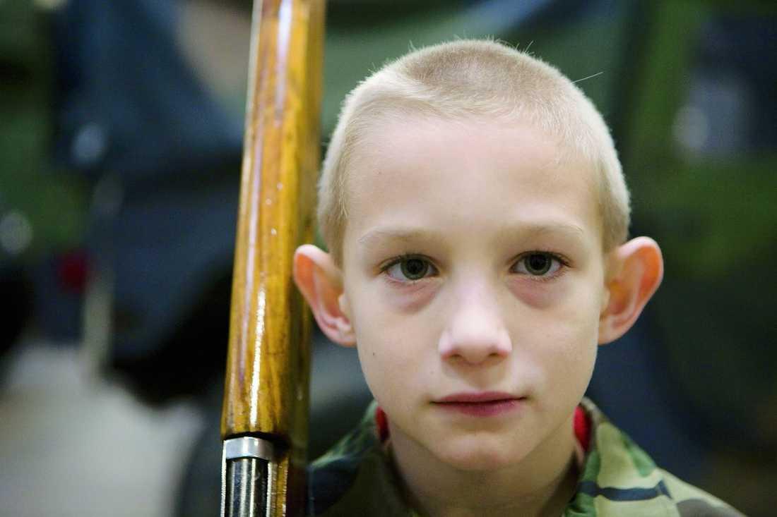 """POJKSOLDAT. Brandon Curry, 8, deltar i vapenexersis och inväntar nästa order. """"Det här är inte ett sätt att rektytera till det militära. Vi lär ut ledarskap, inte militärisk taktik"""", säger Don Shanks, vice chef."""
