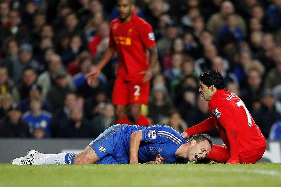 på kryckor John Terry bars ut på bår med en befarad allvarlig knäskada efter ha fått Luis Suarez hela vikt över sitt knä. Efter olyckshändelsen skickade Liverpoolspelaren en hälsning till Chelseakaptenen via Facebook.