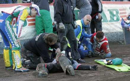 Kom undan med brutet revben Tisdagskvällens otäcka speedway-olycka, som slutade förhållandevis lyckligt.