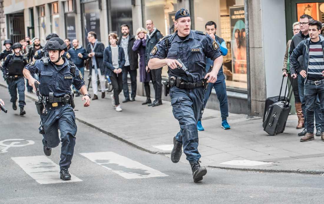 Poliser vid terrorattacken på Drottninggatan 2017.