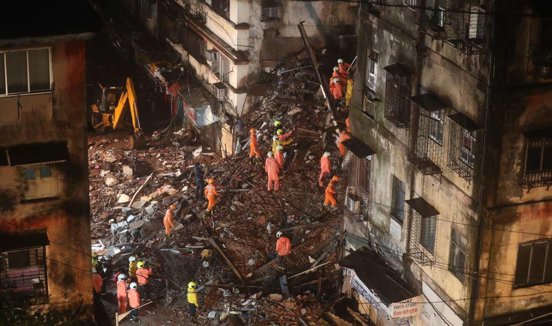 Åtta omkom och flera skadades när en sexvåningsbyggnad kollapsade till följd av kraftiga regn.