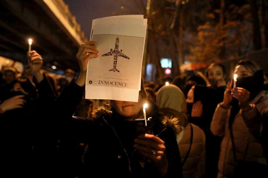 En folksamling utanför Amir Kabiruniversitetet i Teheran hedrar dödsoffren efter flygkraschen i onsdags.