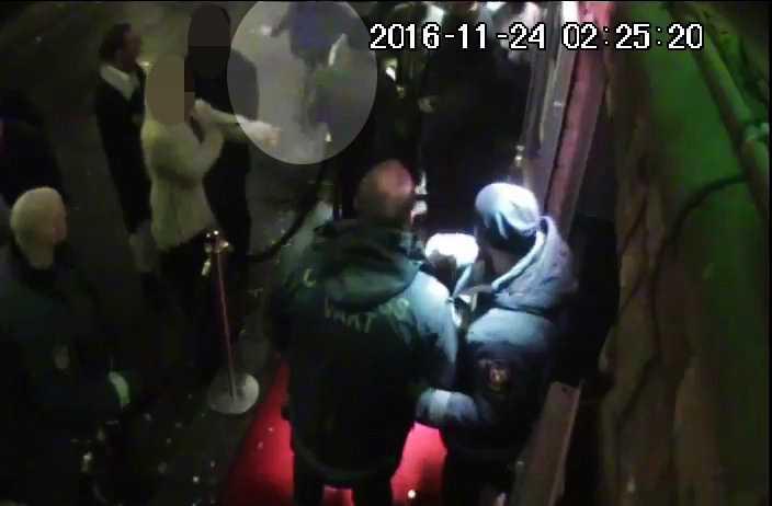 Bilder från nattklubbens övervakningskamera. Ekeroth är inringad på bilden.