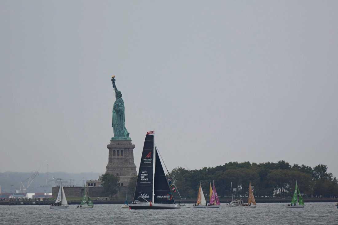 Greta Thunbergs båt Malizia II passerar frihetsgudinnan.