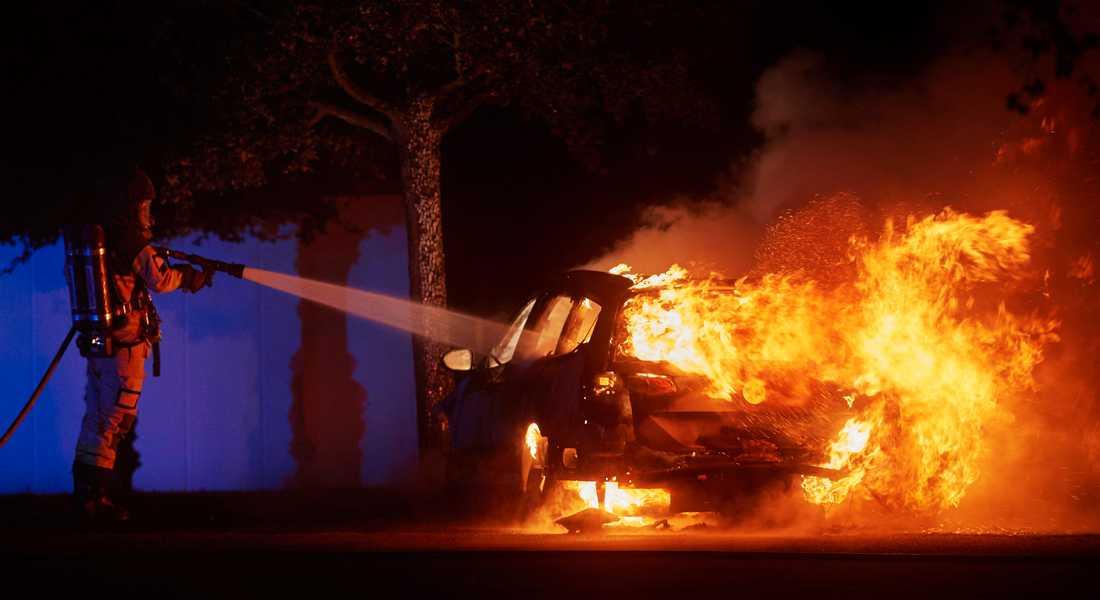Räddningstjänsten släcker en bilbrand i Lund den 25 juli 2019, en av alla de bränder som en 23-årig kvinna och en 26-årig man åtalats för att ligga bakom. Arkivbild.
