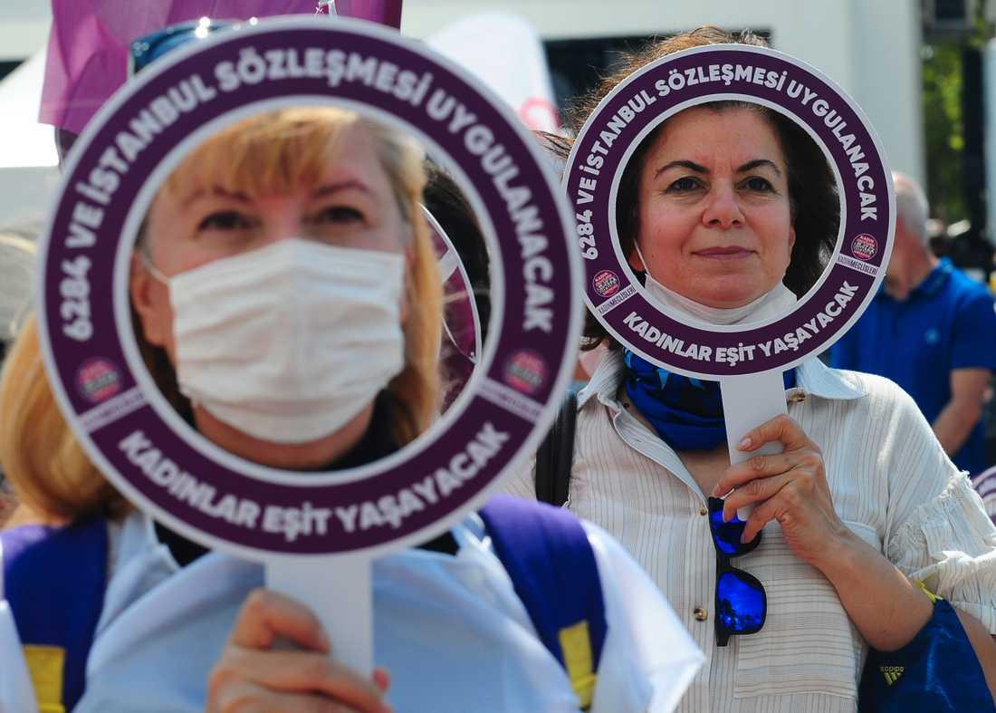 Kvinnor demonstrerar i Istanbul den 19 juli i stöd för Istanbulkonventionen mot våld mot kvinnor, som konservativa turkiska röster uppfordrar regeringen att dra sig ur.