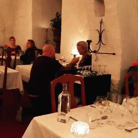 Anders Bagge friar till sin Johanna Lind under en middag på Vadstena Klosterhotell.