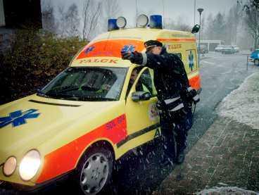 En ambulans visas fram till brottsplatsen.