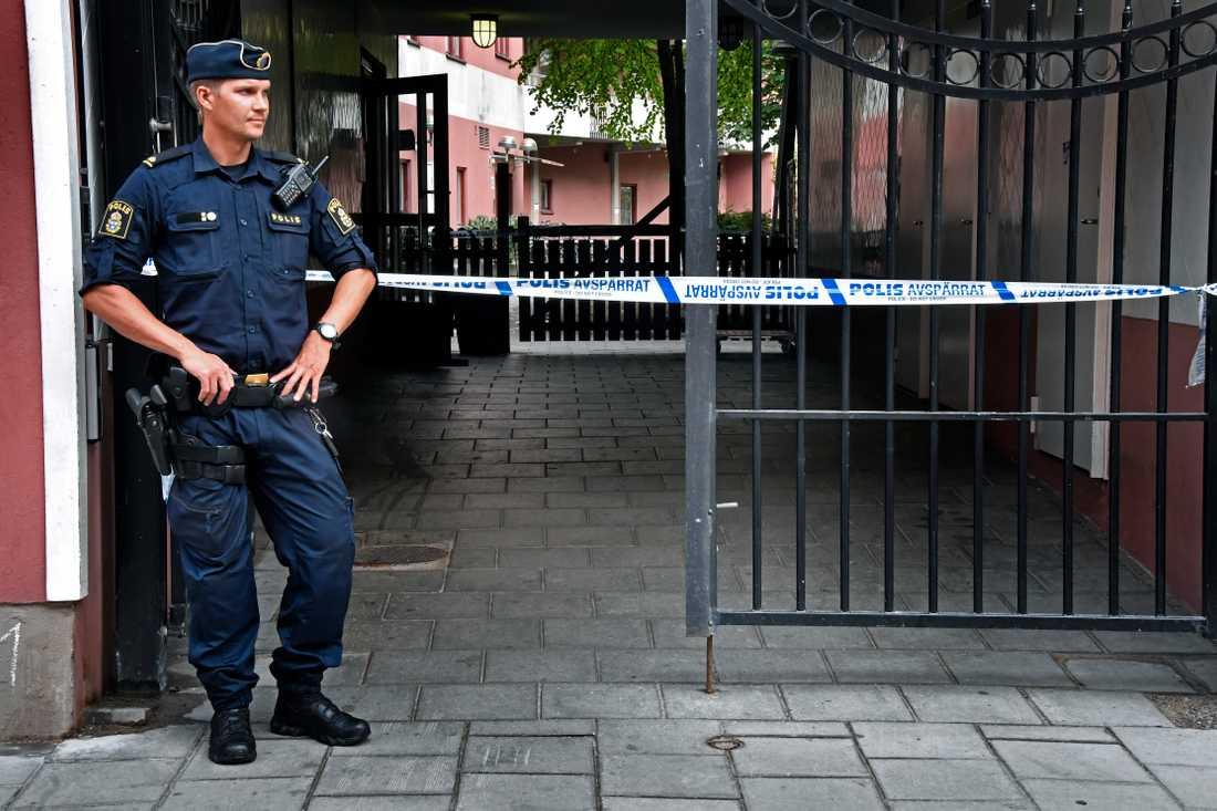 Polis vid platsen där en man sköts till döds av polis.