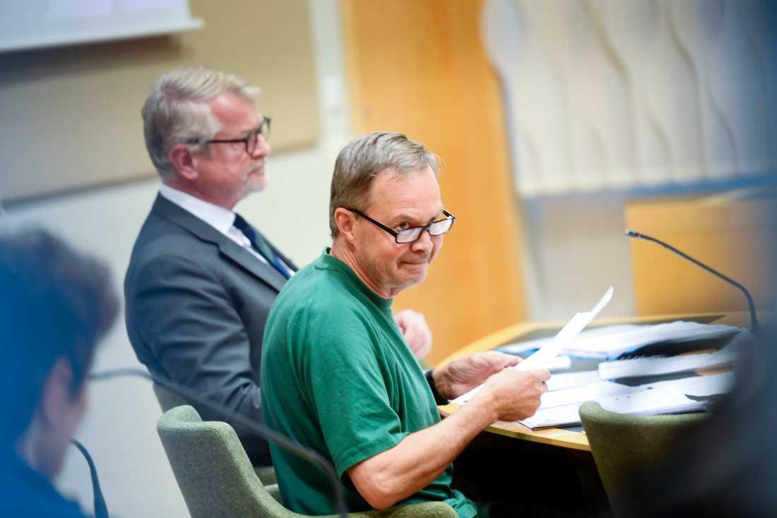 Två personer, däribland Karl Hedin, åtalas för grovt jaktbrott misstänkta för att ha jagat varg den 26 oktober 2018.