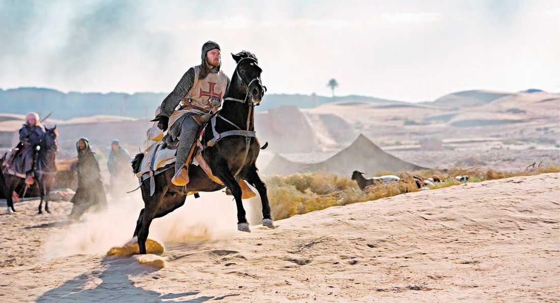 """rekordDYRT – OCH DET SYNS """"Arn – tempelriddaren"""" är Sveriges dyraste film – någonsin. Och de påkostade scenerna och landskapen imponerar. Joakim Nätterqvist spelar huvudrollen som Arn, som skolas till slagskämpe. Filmen har biopremiär på juldagen."""
