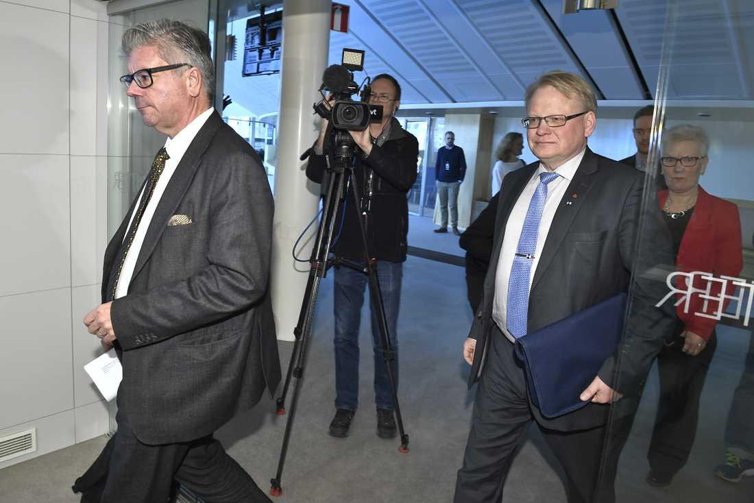 Moderaternas Hans Wallmark och försvarsminister Peter Hultqvist (S) på väg in till en presskonferens den 13 mars 2017.