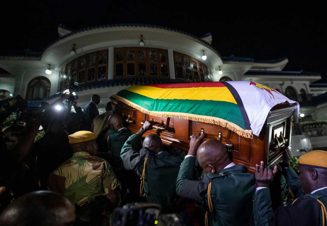 Robert Mugabes kropp anländer i en kista till hans officiella residens i Zimbabwes huvudstad Harare sent på onsdagen.