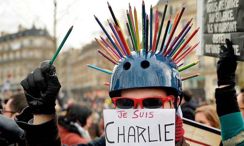 taggad manifestation  En av miljontals deltagare i manifestationen mot terrorvåldet i Paris i söndags. Foto: AP