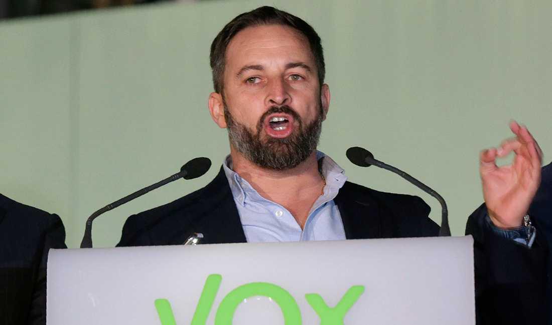 """Santiago Abascals högerextrema parti Vox fick 52 mandat i parlamentet och blir Spaniens tredje största parti efter söndagens val. """"Det missbrukade ordet 'fascismen' är relevant den här gången"""", skriver Olle Svenning."""
