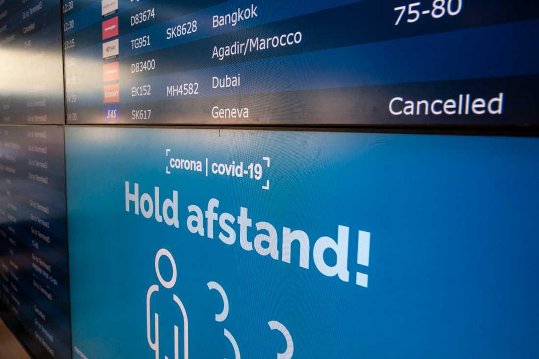 På Kastrups flygplats i Köpenhamn uppmanas resenärer att hålla avstånd.