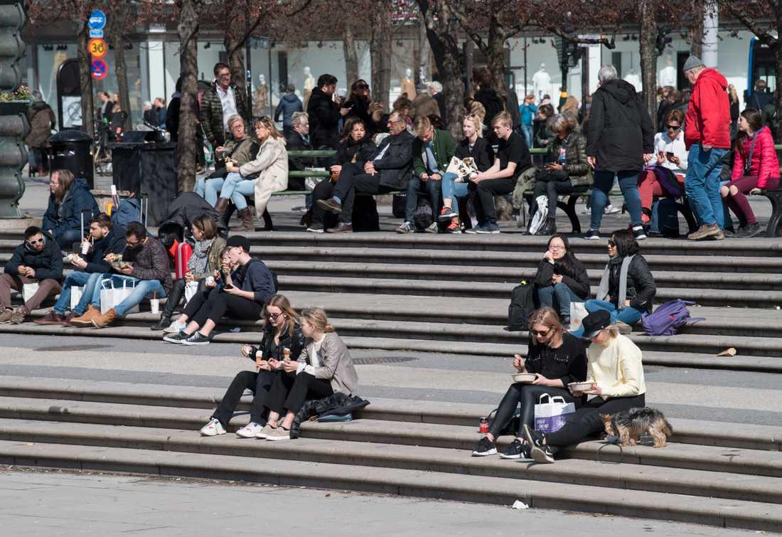 Stockholmare njuter av vårsolen i Kungsträdgården. Men det är viktigt att inte glömma att smörja ansiktet med solkräm även under våren.