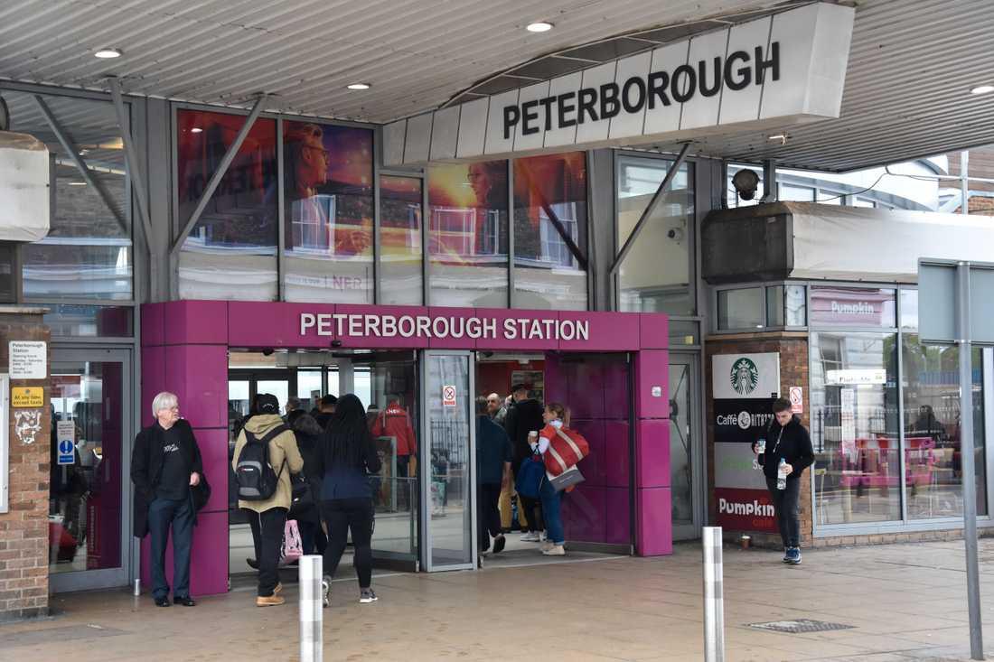Peterborough ligger en dryg timmes tågresa norr om London och är ingen krisbygd. Kommunikationerna till huvudstaden är bra och stora satsningar på 2000-talet har lockat investeringar och företag.