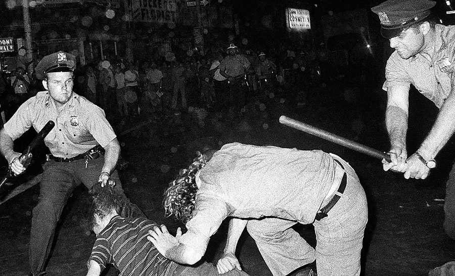 Poliser går till attack mot gaydemonstranter i New York i samband med historiens första prideparad 1970 – ett år efter upproret på Stonewall Inn.