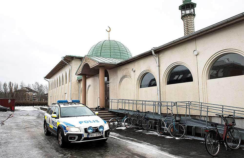 Moskén i Uppsala utsattes under nyårsnatten för ett attentat. En maskerad man försökte bränna ner den. Foto : PONTUS LUNDAHL /TT
