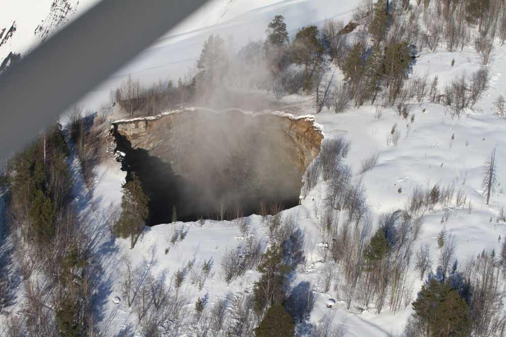 Det kom upp ånga ur hålet efter att marken hade rasat in.