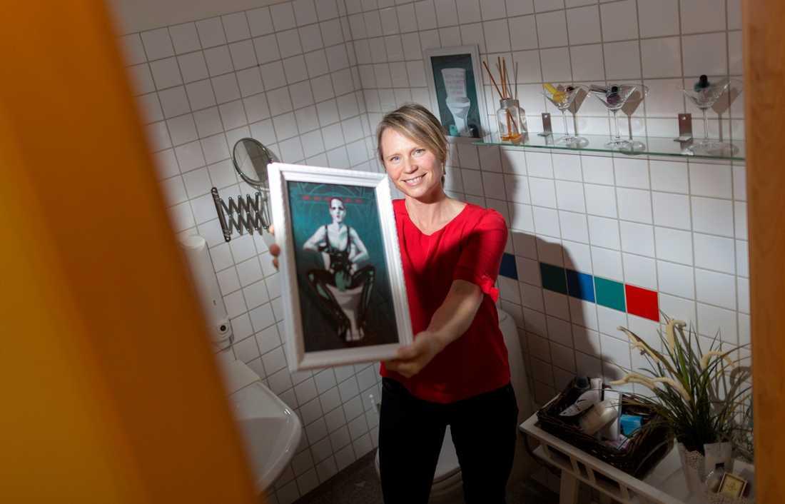 Annika Skoglund under invigningen av hen-toaletten, 2016.
